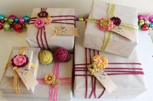 M s de 20 ideas divertidas para decorar tus regalos ananas - Envolver regalos original ...